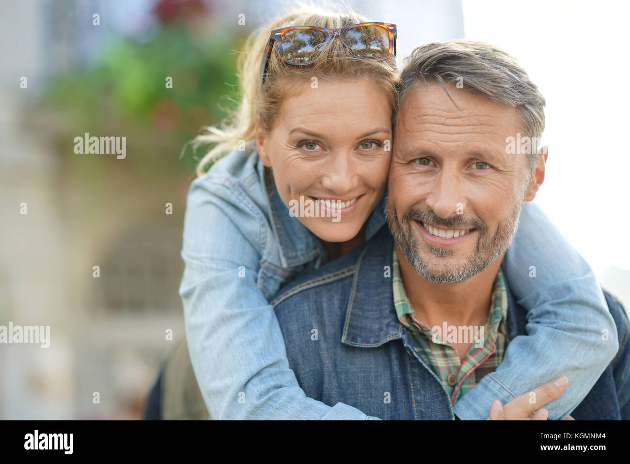 Man giving piggyback ride to woman - Stock Image