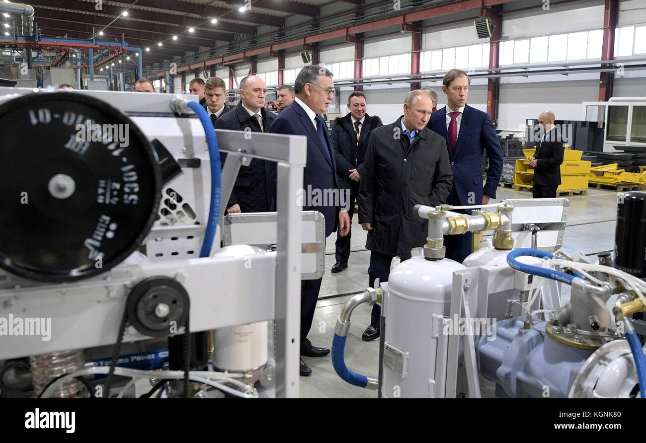 Chelyabinsk, Russia. 09th Nov, 2017. Russian President Vladimir Putin, center, tours the Chelyabinsk Compressor Stock Photo