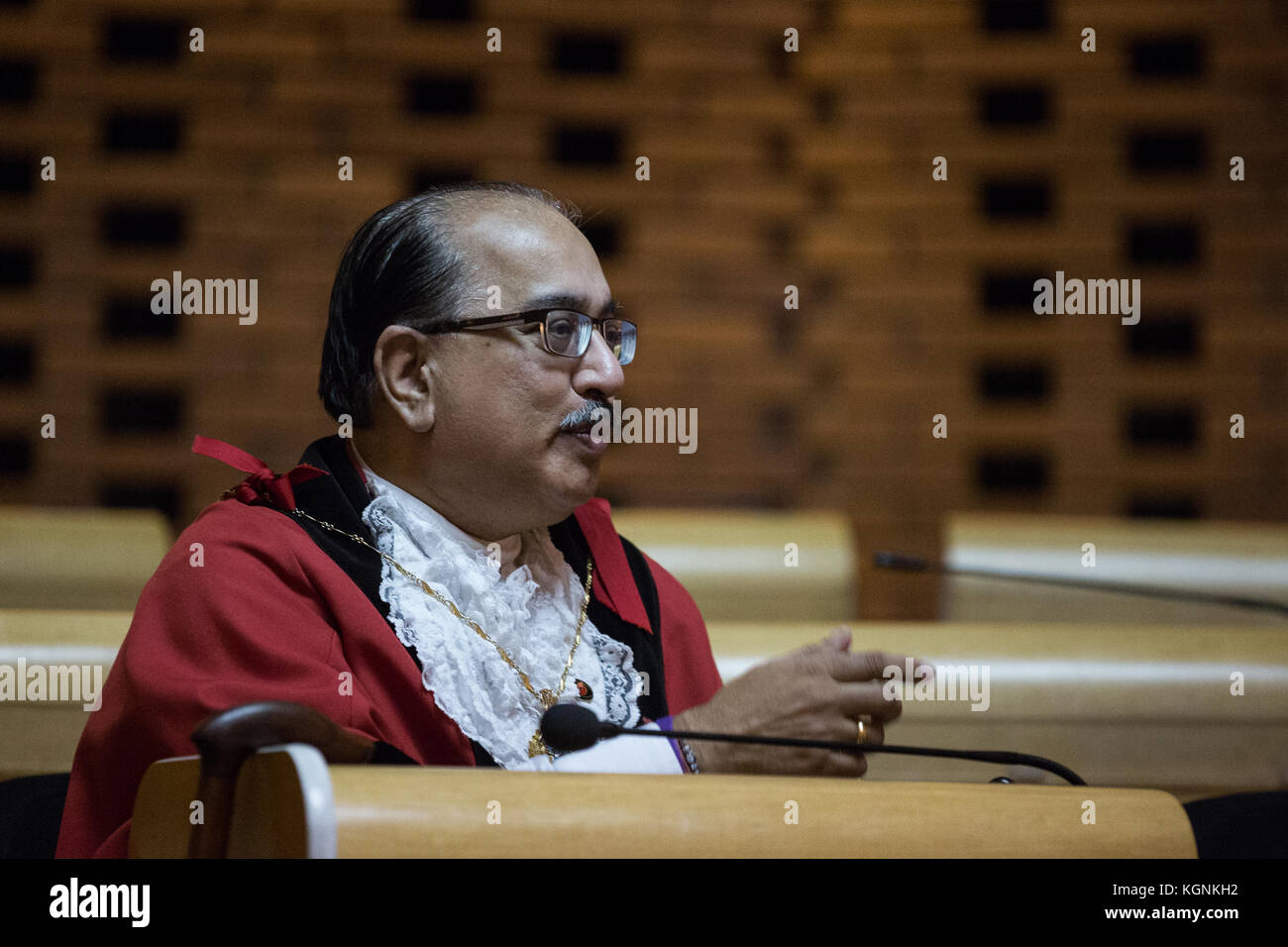 Hounslow, UK. 9th November, 2017. Deputy Mayor Cllr. Mukesh Malhotra asks a question following the SACRE lecture - Stock Image
