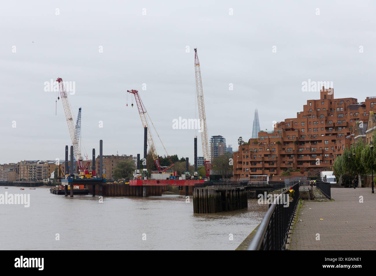 London, UK. 9th November 2017. Construction work at the Thames Tideway supersewer construction site in King Edward - Stock Image