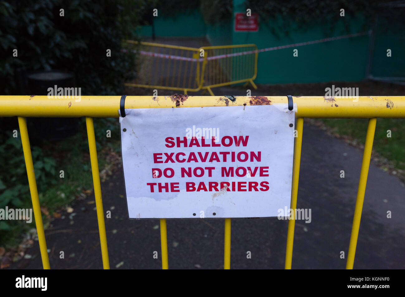 """London, UK. 9th November 2017. A """"Shallow Evacuation"""" sign at the Thames Tideway supersewer construction site in Stock Photo"""
