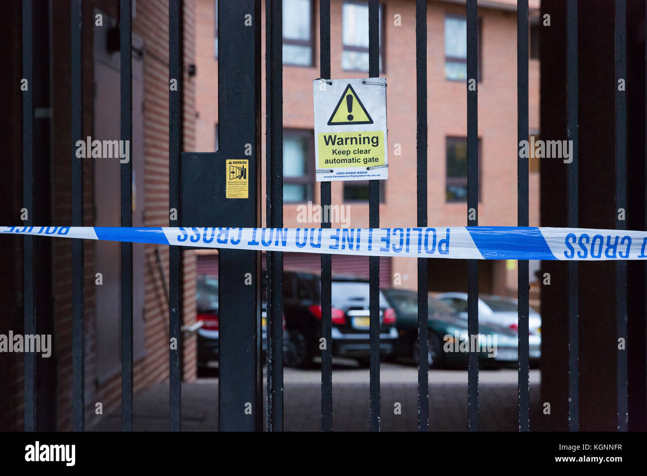 London, UK. 9th November 2017. Police exclusion cordon at Free Trade Wharf flats next to the Thames Tideway supersewer - Stock Image