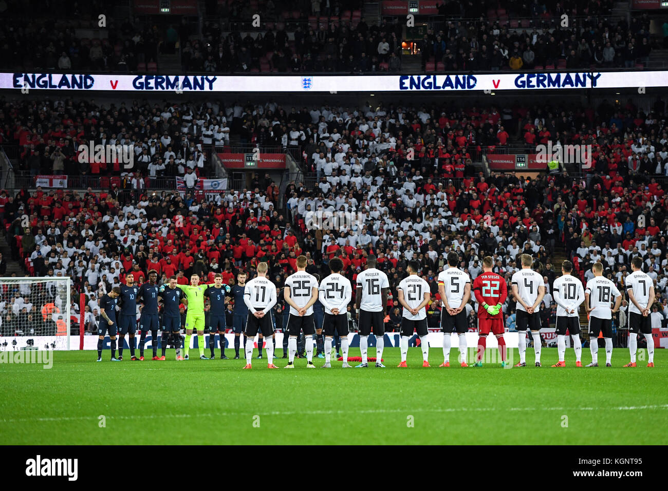 Gedenkminute beider Mannschaften an die in den beiden Weltkriegen gefallenen Soldaten GES/ Fussball/ Freundschaftsspiel: - Stock Image