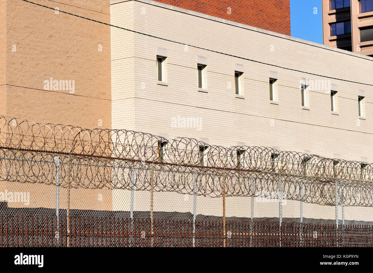 Barbed wire around a section of the Cook County Jail facility on the south side of Chicago, Illinois, USA. - Stock Image