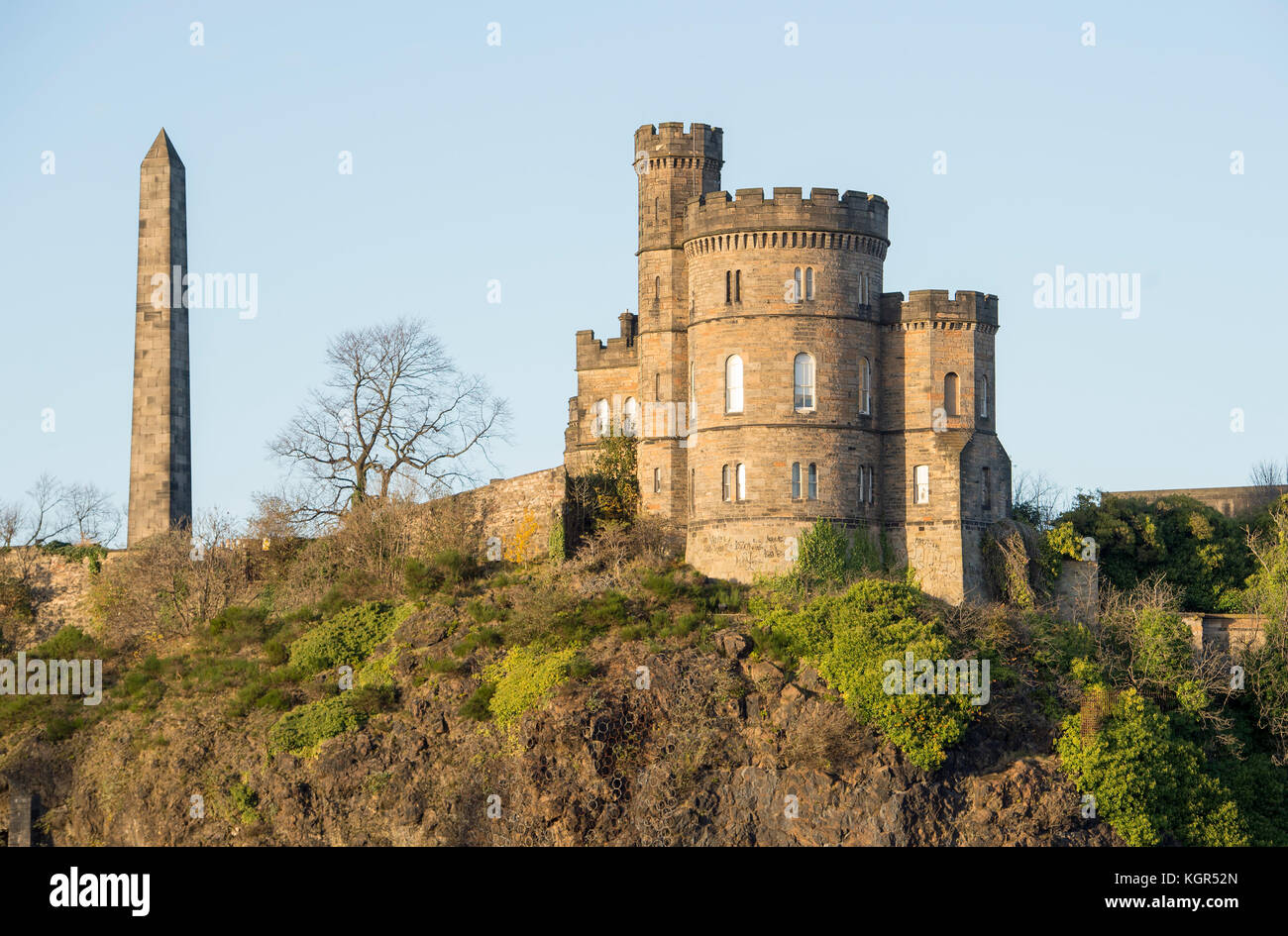 Historic buildings on Calton Hill, Edinburgh: The Martyrs Monument and Governors House of the old Calton Jail. - Stock Image