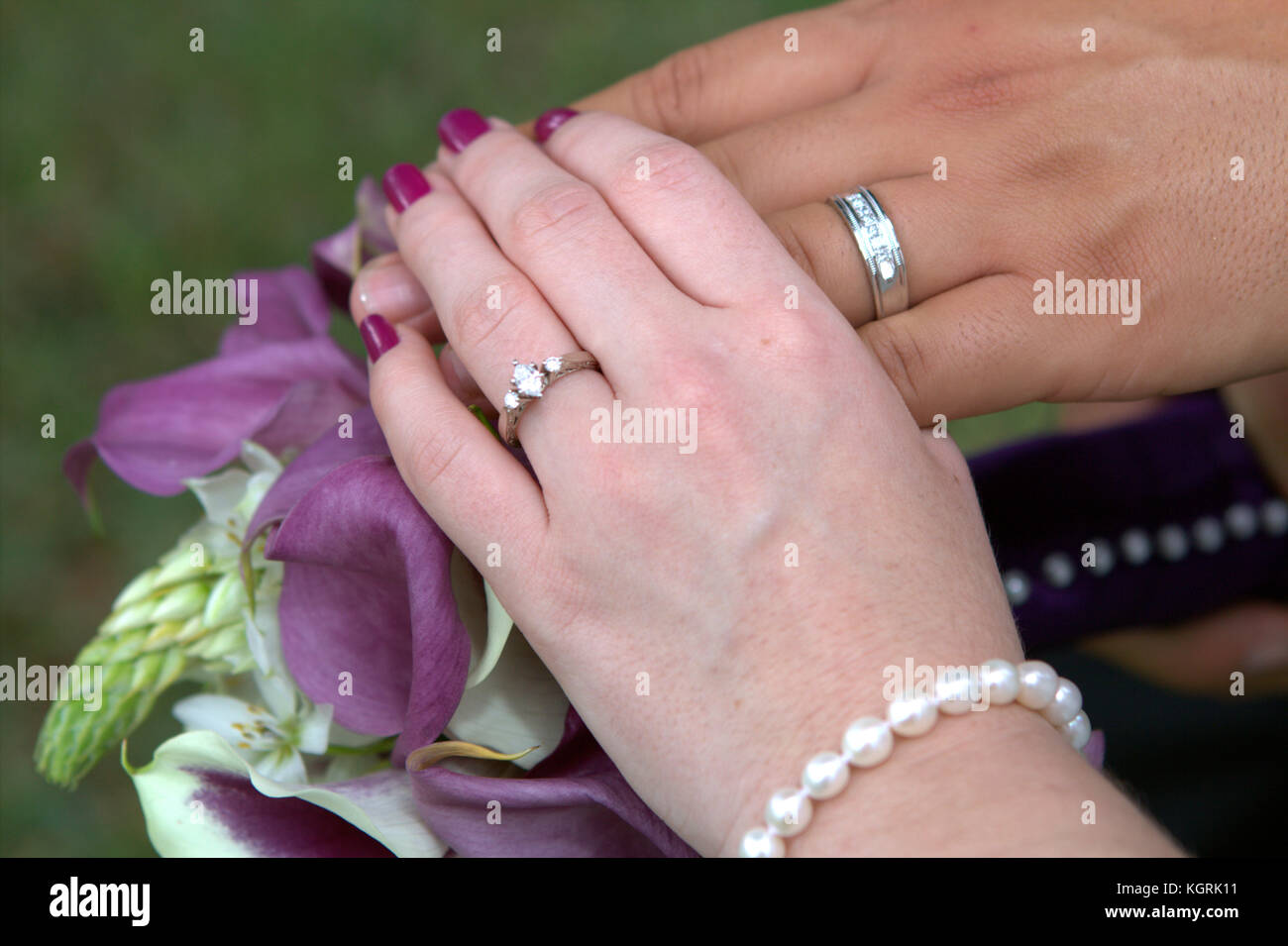hands with his and hers wedding rings Stock Photo: 165247629 - Alamy