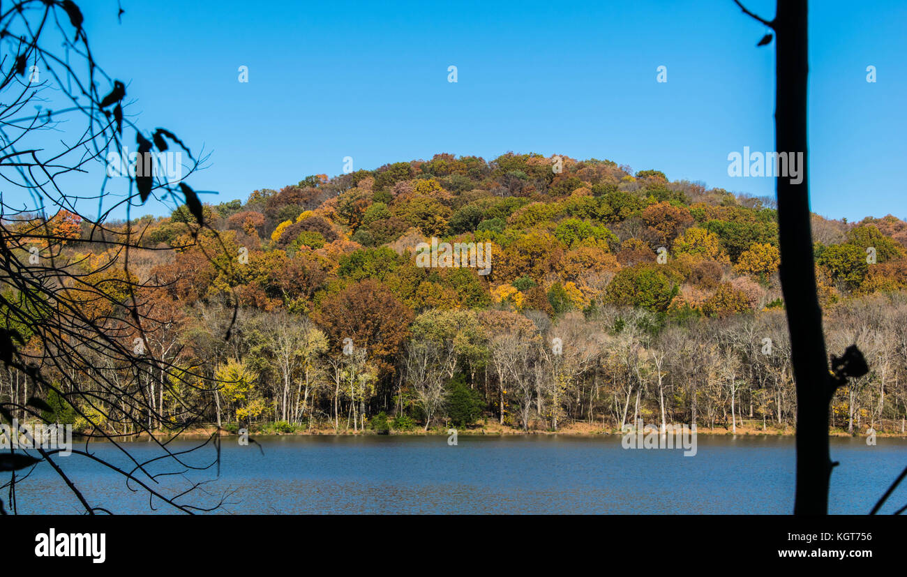 Fall colored mountain at Radnor Lake - Stock Image