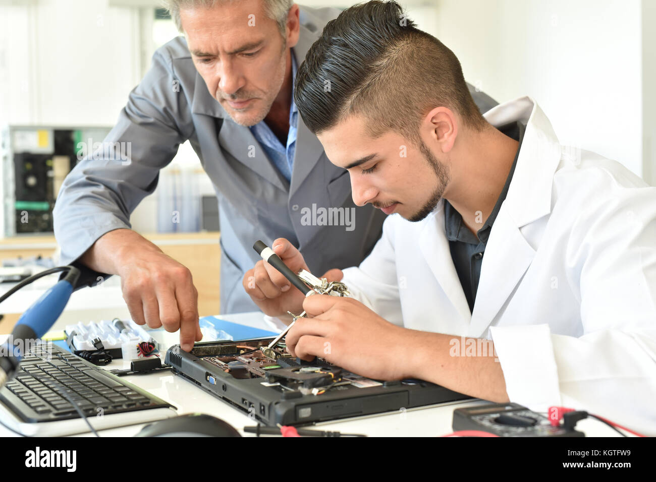 Student in electrical engineering course training with teacher - Stock Image