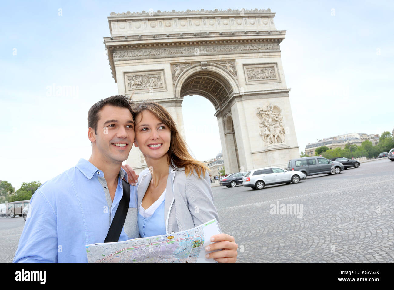 Couple reading map in front of the Arch of Triumph - Stock Image