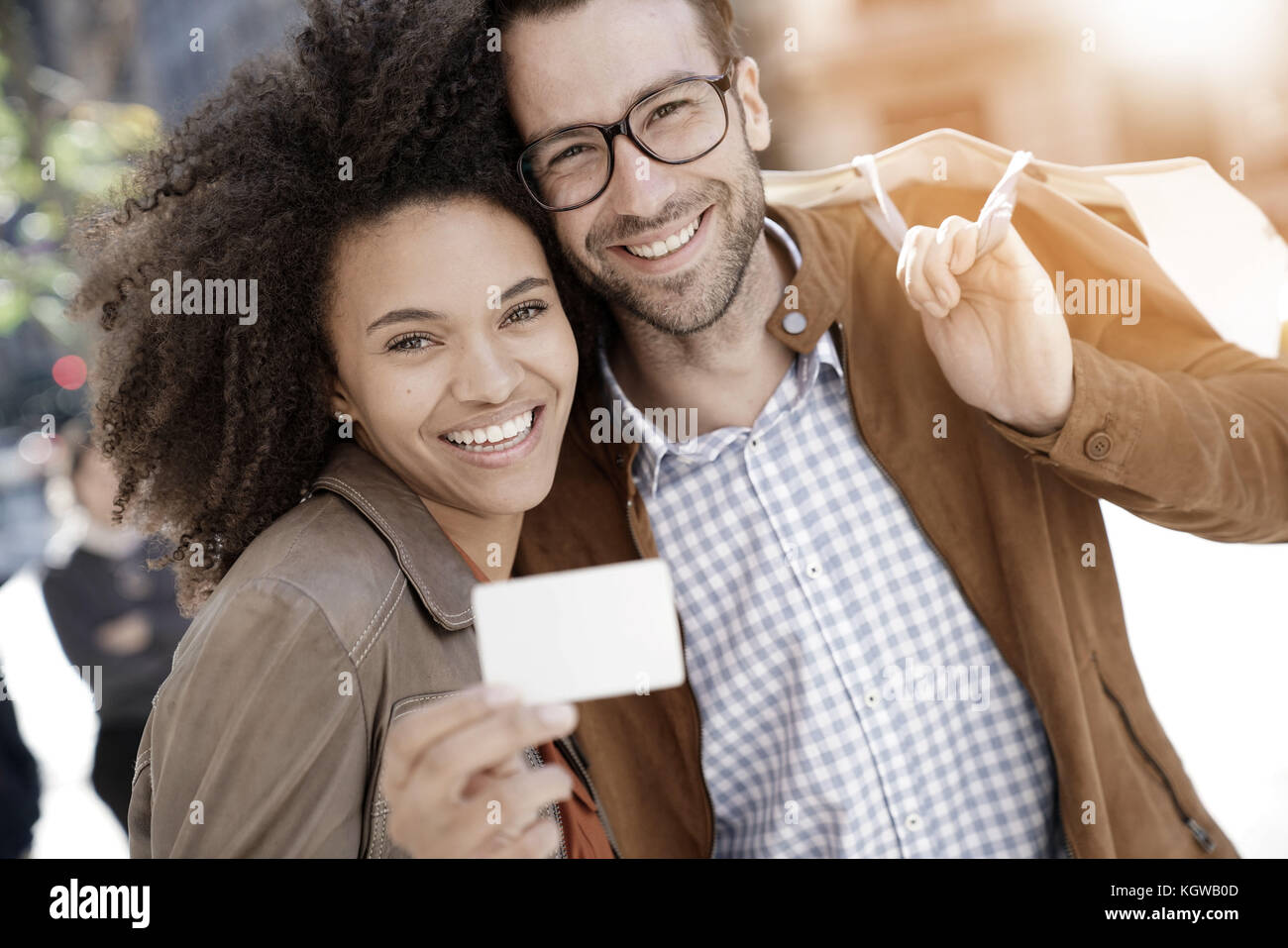 Couple in Manhattan showing shopping card - Stock Image