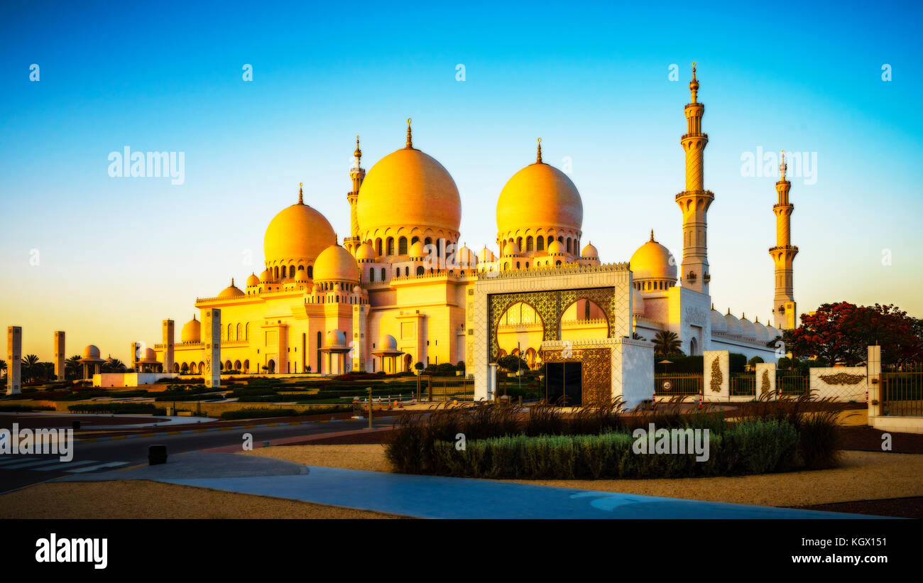The imposing Sheikh Zayed Grand Mosque in Abu Dhabi in the sunset - Stock Image