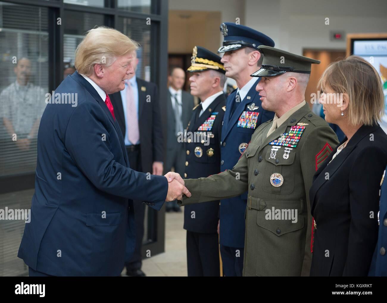 U.S. President Donald Trump (left) greets U.S. Pacific Command (USPACOM) Senior Enlisted Leader Anthony Spadaro - Stock Image