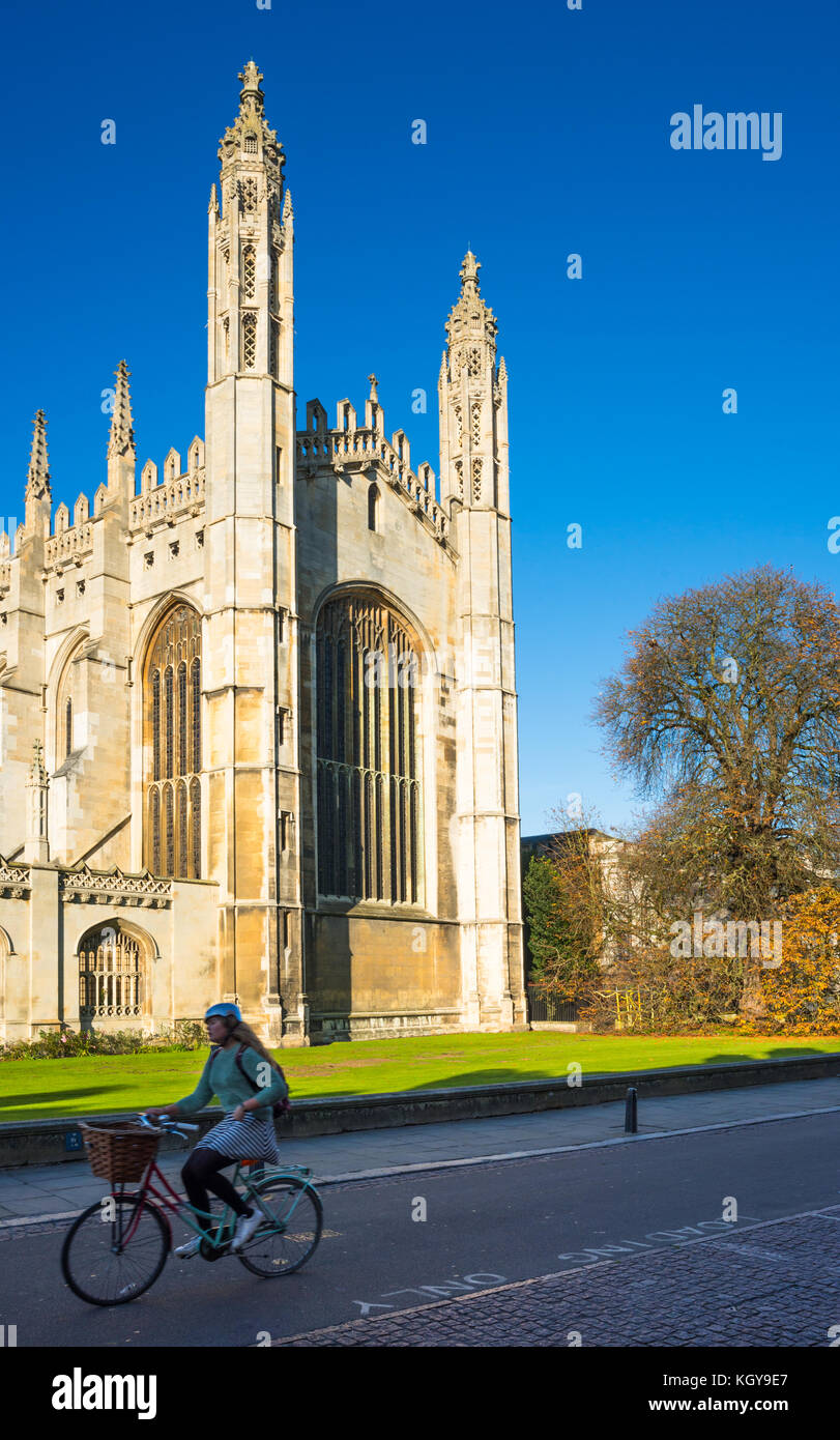 Cyclists go past Kings College Chapel on Kings Parade, Cambridge University, Cambridgeshire, England, UK. - Stock Image