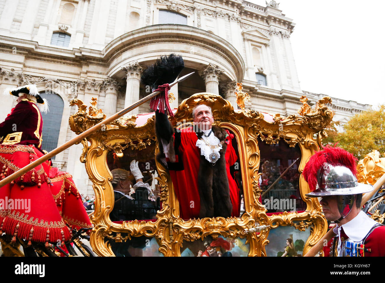 St Paul's Cathedral. London. UK. 11 Nov 2017 - Lord Mayor, Charles Bowman waves at the public after been blessed. - Stock Image