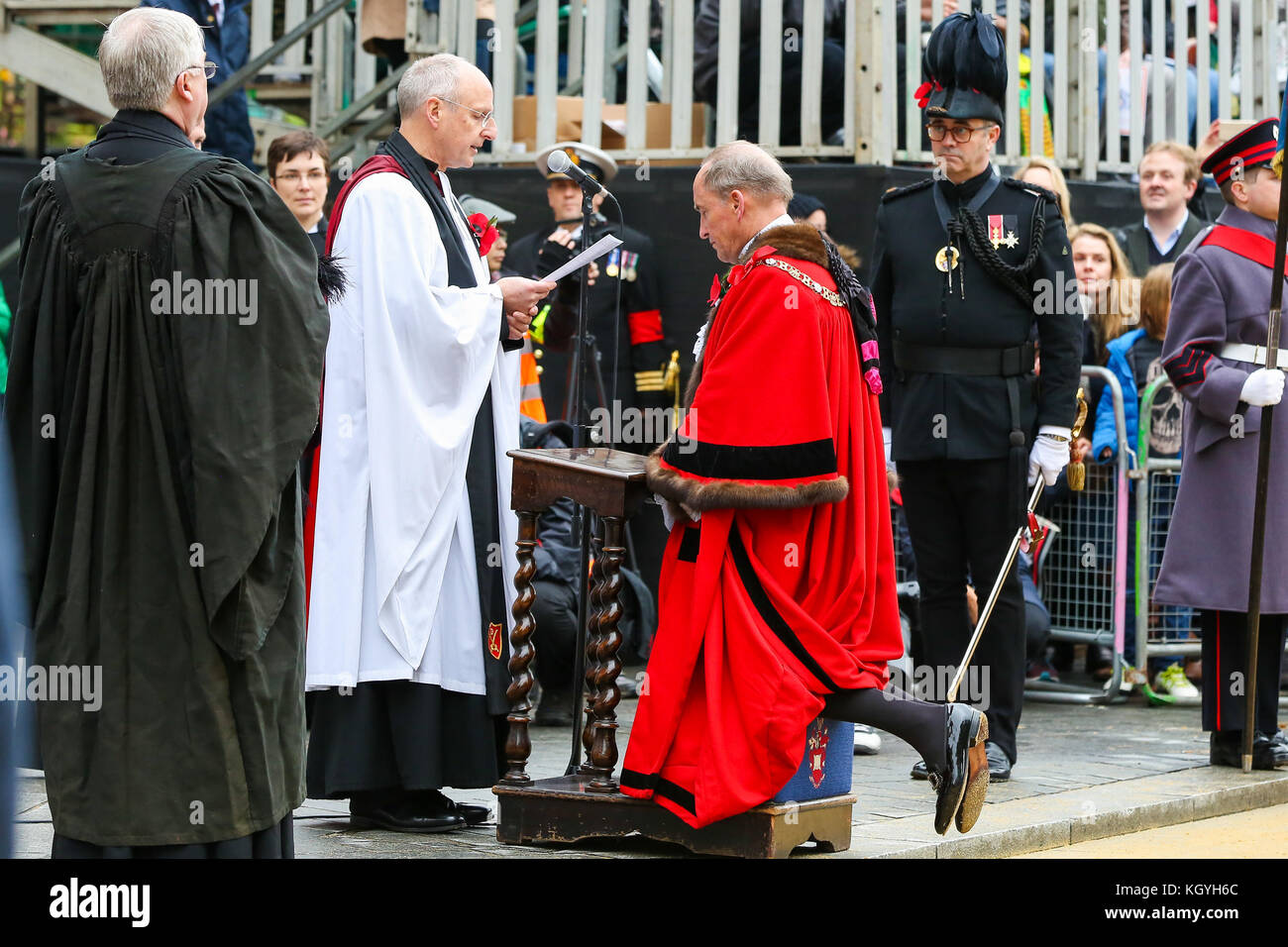 St Paul's Cathedral. London. UK. 11 Nov 2017 - Lord Mayor, Charles Bowman is blessed during the The Lord Mayor - Stock Image