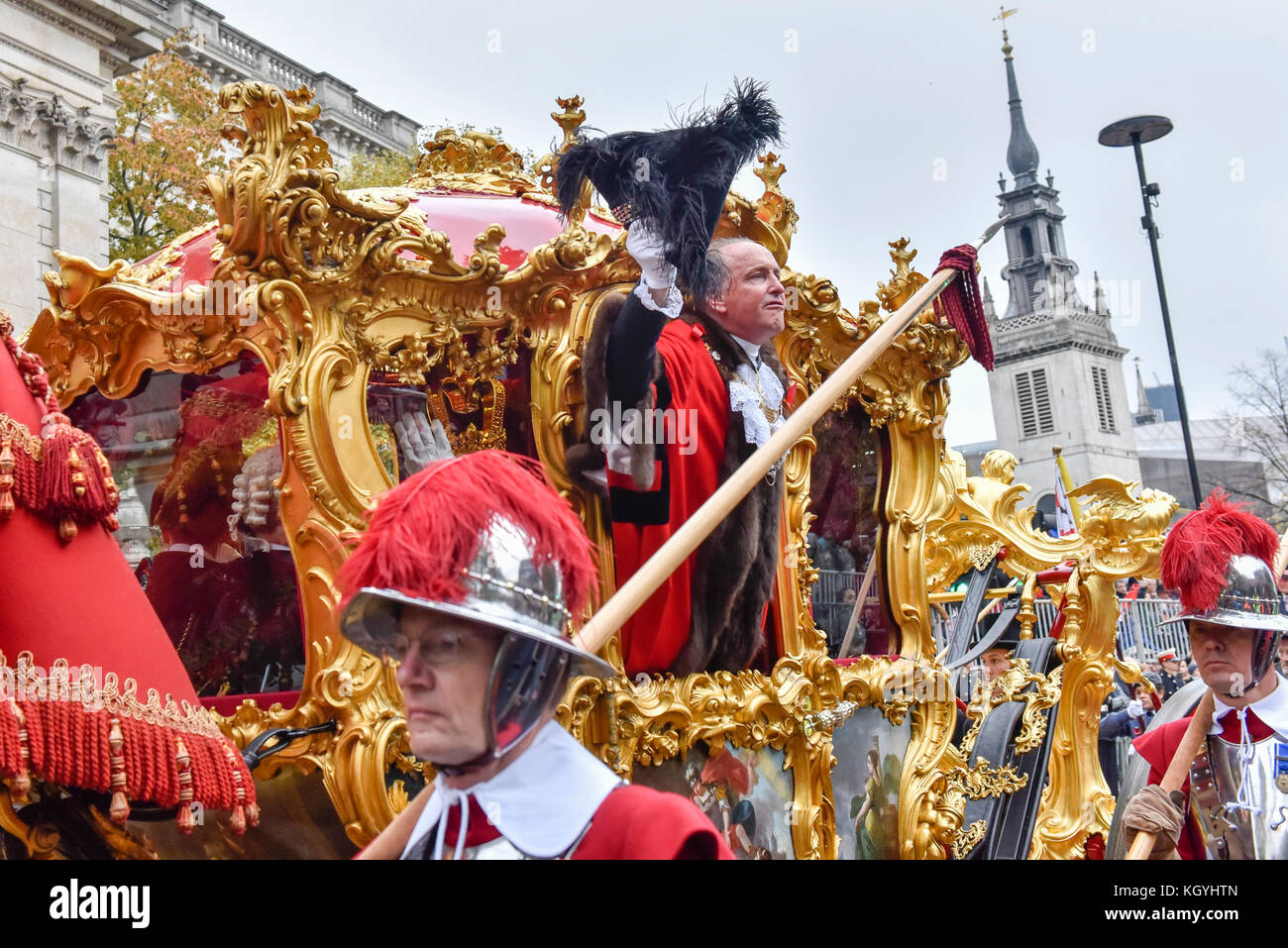 London, UK. 11th Nov, 2017. Charles Bowman, The Lord Mayor, waves from the State Coach outside St. Paul's Cathedral, - Stock Image