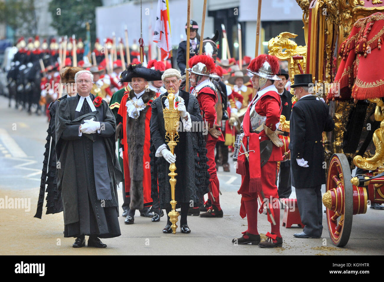 London, UK. 11th Nov, 2017. (Third left, black hat) Charles Bowman, The Lord Mayor, arrives in the State Coach at - Stock Image