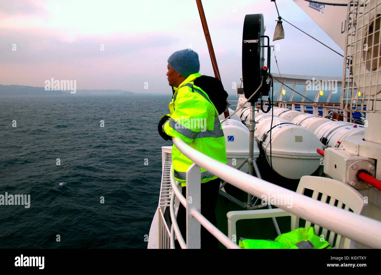 AJAXNETPHOTO.15 OCT 2006. GUERNSEY, C.I. - ANTI-PIRACY - TERRORIST - SECURITY WATCH. A CREW MEMBER OF THE LINER - Stock Image