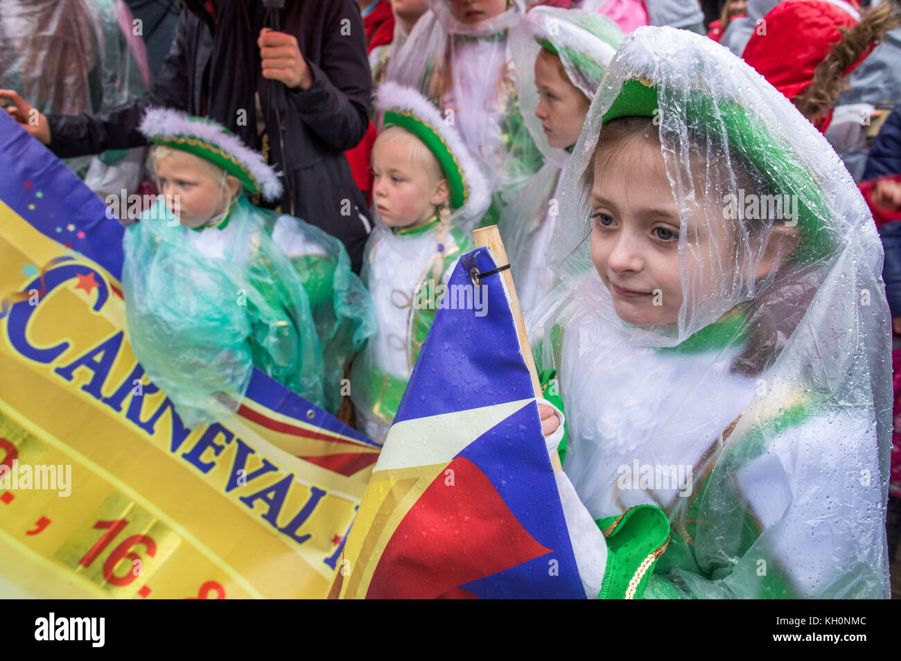 Schwerin, Germany. 11th Nov, 2017. Small Funkenmariechen from the Muhlen-Eichsen Carnival Association wearing ponchos - Stock Image