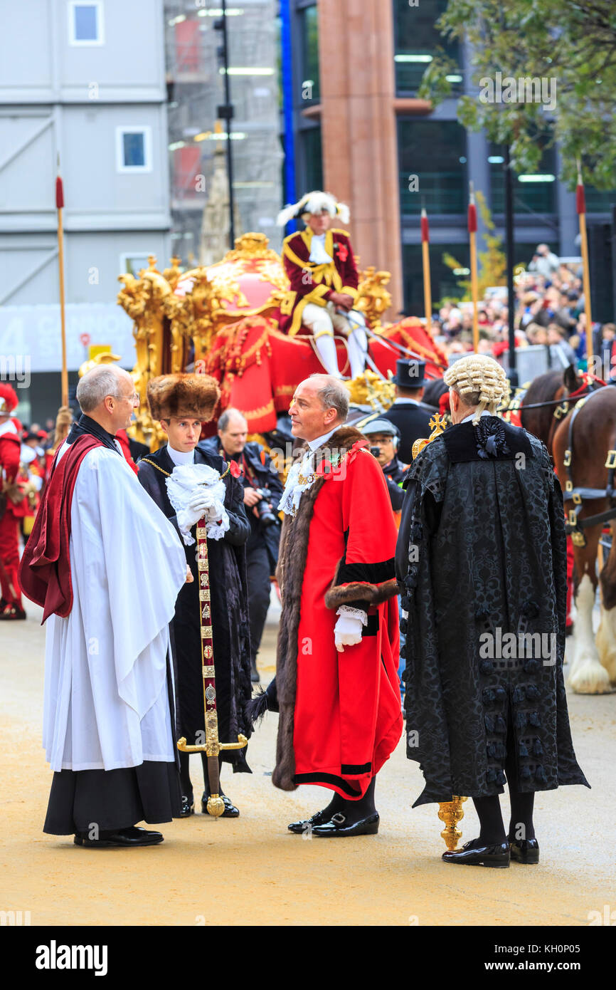 City of London, UK. 11th Nov, 2017. The New Mayor, Charles Bowman is greeted by the Dean of St Paul's, The Very - Stock Image