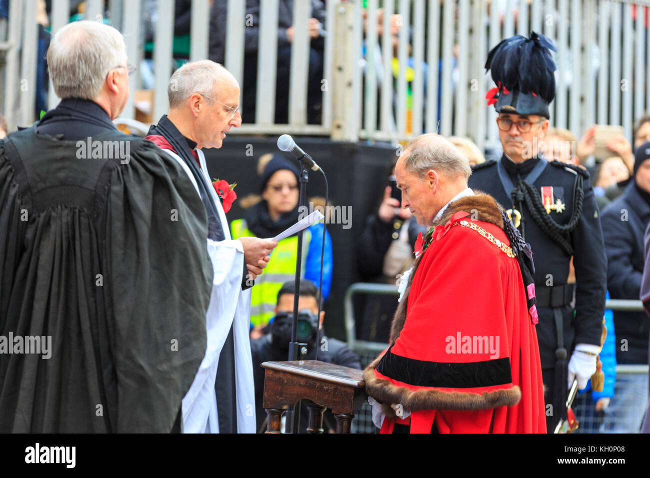 City of London, UK. 11th Nov, 2017. The new Lord Mayor, Charles Bowman is given his blessing outside St Paul's - Stock Image