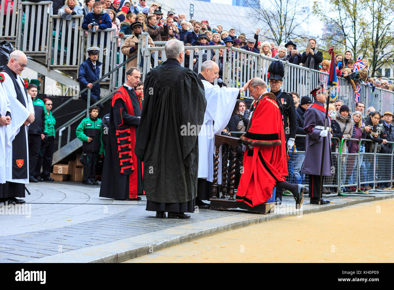 City of London, UK. 11th Nov, 2017. The new Lord Mayor, Charles Bowman is given his blessing by the Dean of St Paul's, - Stock Image