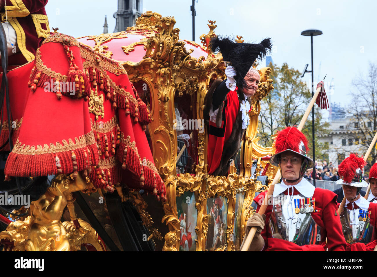 City of London, UK. 11th Nov, 2017. The new Lord Mayor, Charles Bowman, waves from the golden state coach. The 2017 - Stock Image
