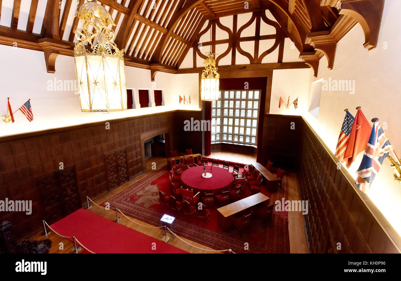 Potsdam, Germany. 10th Nov, 2017. Picture of the great hall in the Cecilienhof Castle arranged as it was during Stock Photo