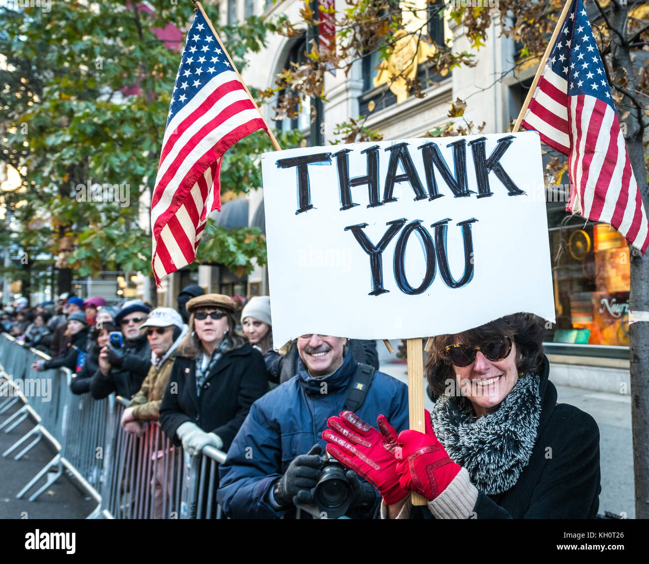 New York, USA, 11 Nov 2017.  Spectators salute participants as they march through New York's Fifth Avenue during - Stock Image