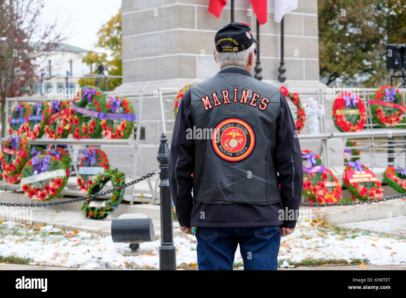 Native American/First Nations elder Vietnam War veteran looking at poppy wreaths at the London Cenotaph, Remembrance - Stock Image