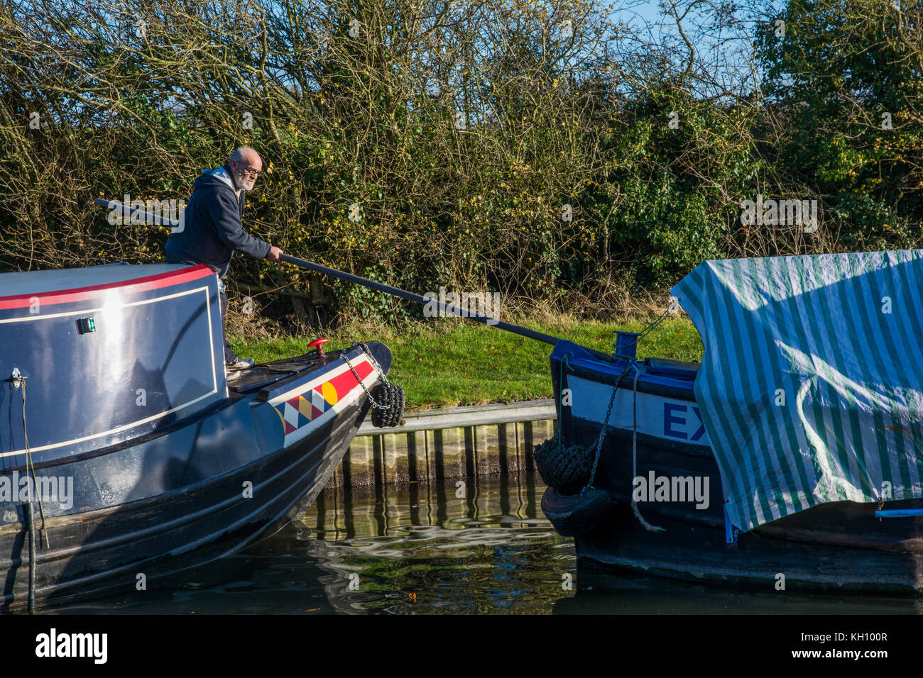 Grand Union Canal, Marsworth, UK. 12th November 2017. The fore mooring rope of the unmanned narrow boat Exe broke - Stock Image