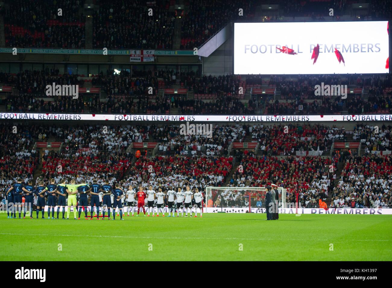 Die Mannschaften und Zuschauer gedenken der Opfer des ersten und zweiten Weltkriegs, Schweigeminute, Poppies,  Fussball - Stock Image