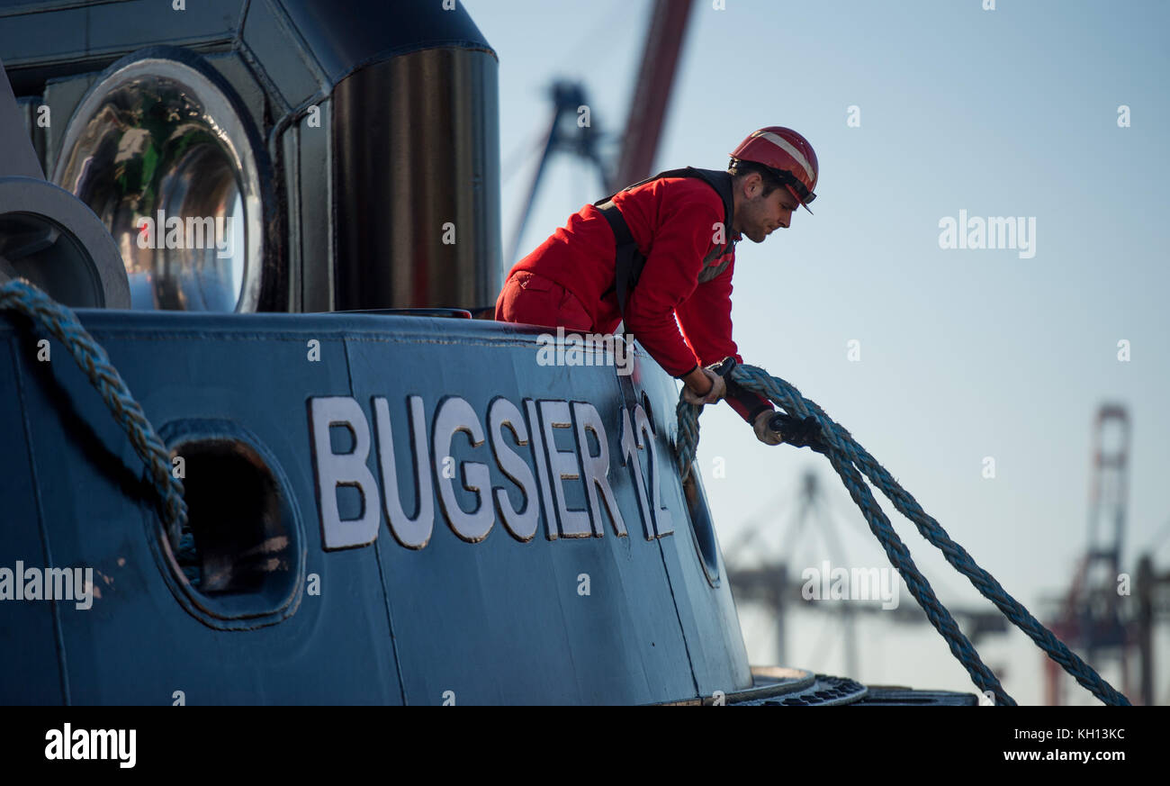 Hamburg, Germany. 13th Nov, 2017. A man working on the tug boat 'Bugsier 12' in Hamburg, Germany, 13 November - Stock Image