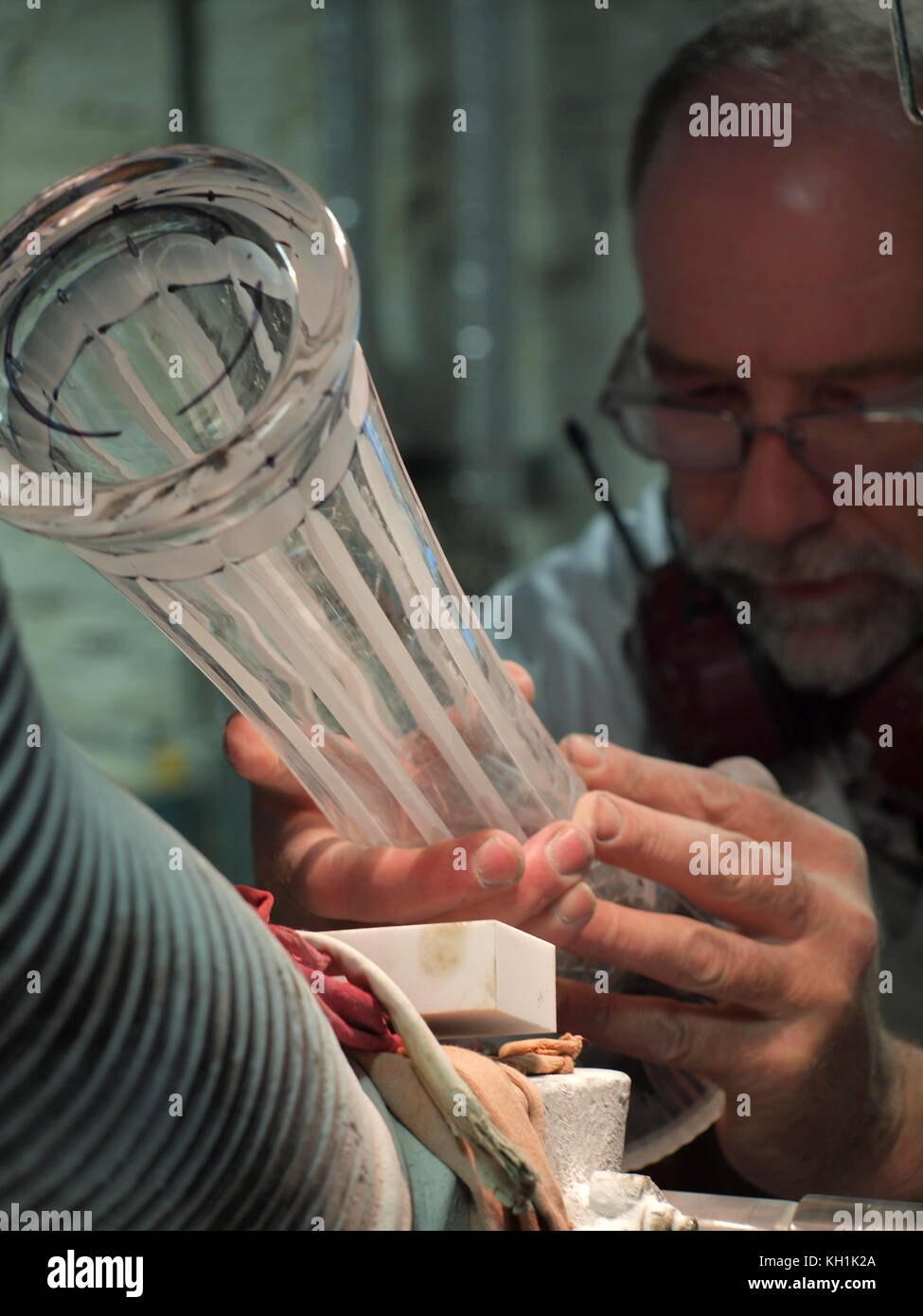 Artisan at work in the Waterford crystal company, Waterford, Ireland - Stock Image