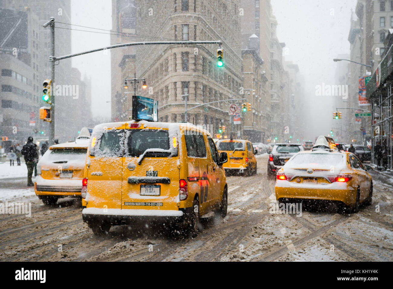 NEW YORK CITY - JANUARY 7, 2016: A winter snowstorm brings traffic and pedestrians to a slow crawl at the Flatiron - Stock Image
