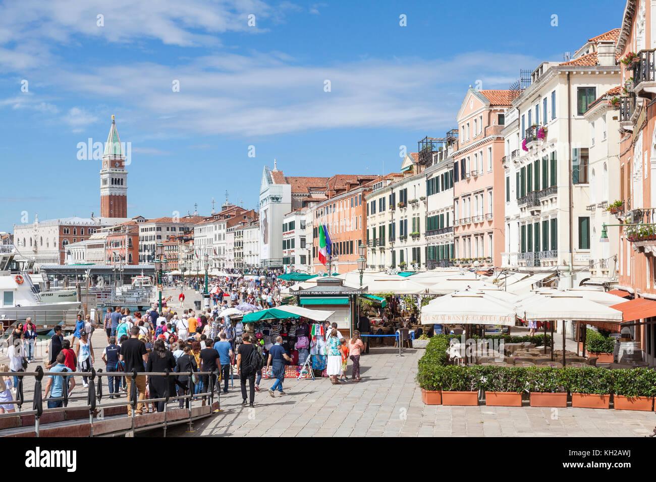 Crowds of tourists on Riva degli Schiavoni, Castello, Venice, Italy. This is where they disembark from the day trip - Stock Image