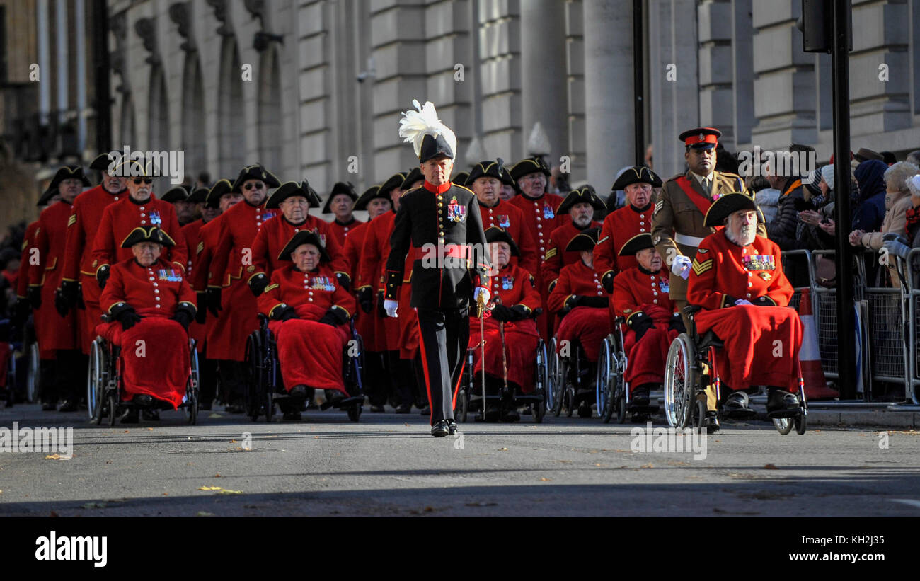 London, UK.  12 November 2017.  (R) Lance Sergeant Johnson Gideon Beharry, VC, CNG, pushes a Chelsea Pensioner in - Stock Image
