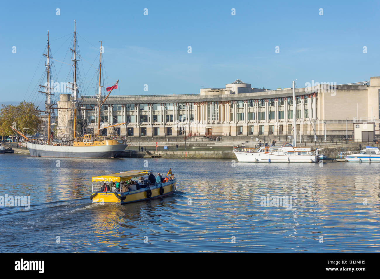 'Independence' ferry passing Amphitheatre and Waterfront Square, Harbourside, Bristol, England, United Kingdom - Stock Image
