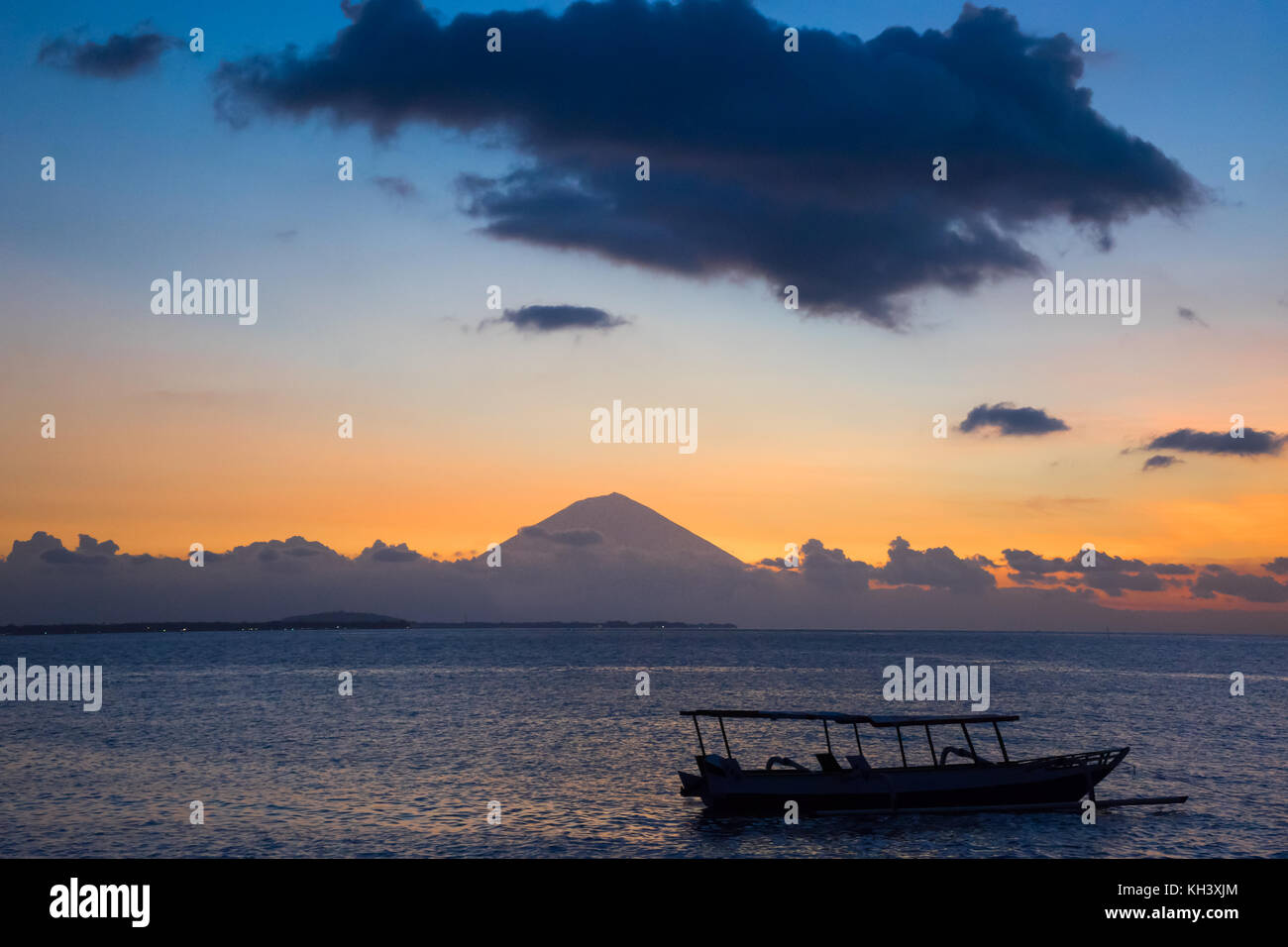 Sunset view with boat Mount Rinjani Indonesia Lombok - Stock Image