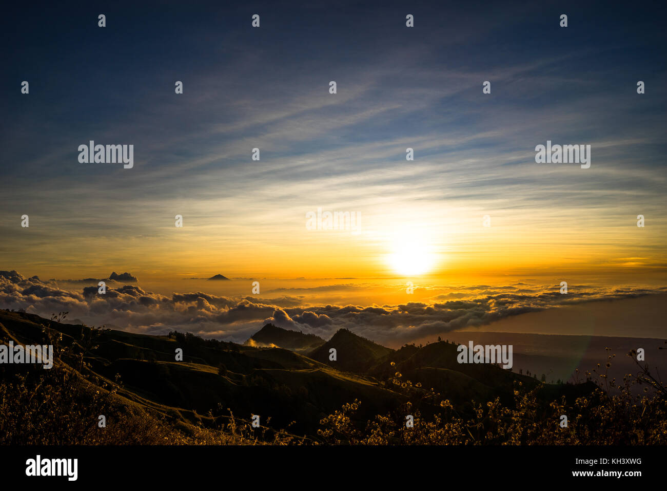 Sunset over Clouds mountain top vulcano Rinjani Lombok Indonesia - Stock Image