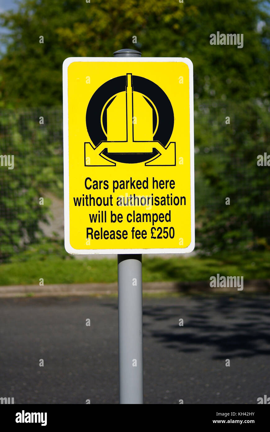 Wheel clamping sign showing a release penalty of £250 in the UK - Stock Image
