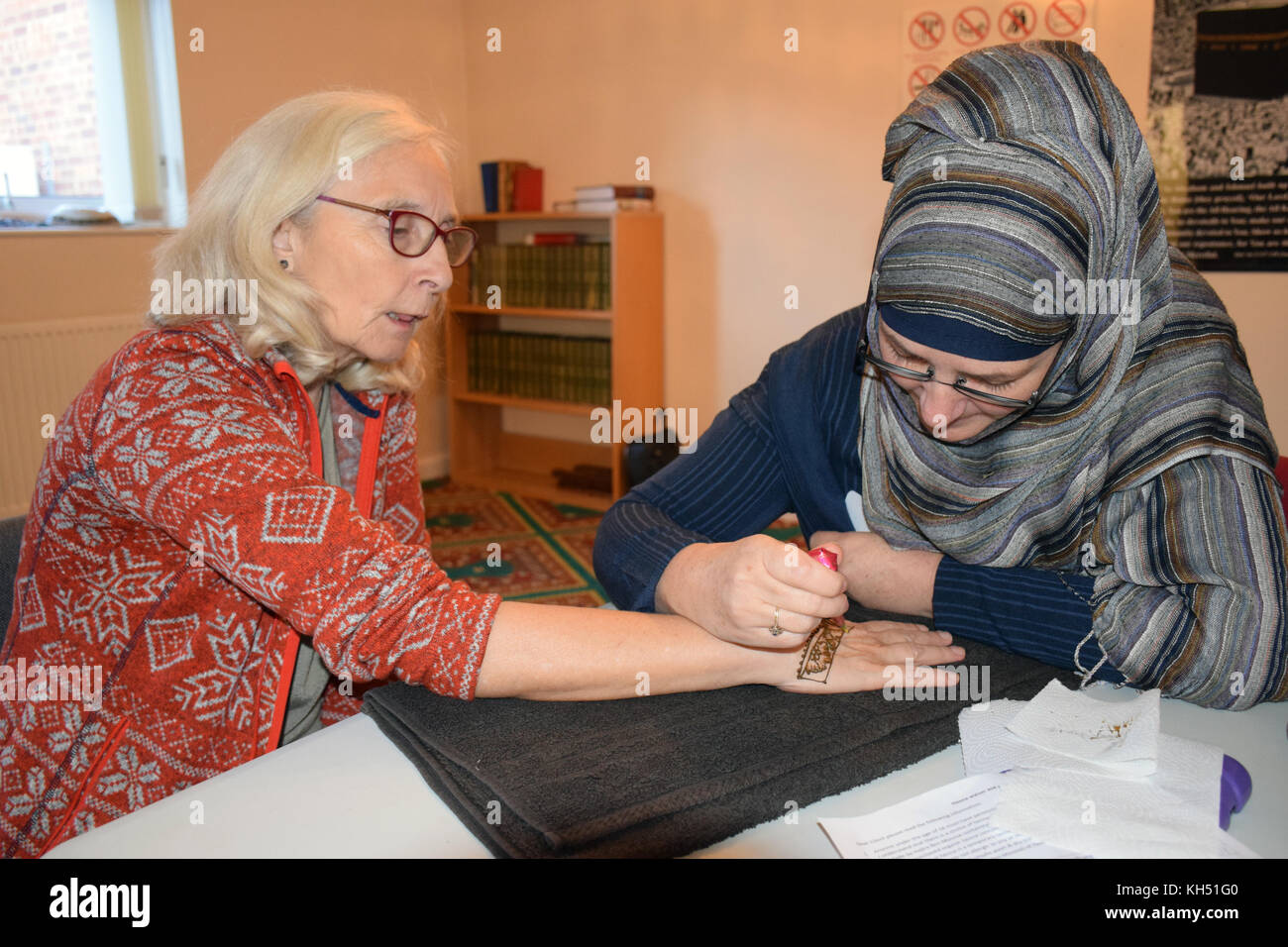 Norwich, UK, 11 November 2017. Open Day at the Rose Lane Mosque, Norwich. Henna tattoo painting. This communal event - Stock Image