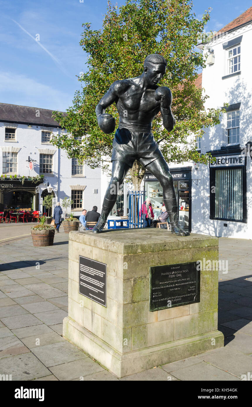 Bronze statue of Randolph Adolphus Turpin, heavyweight boxing champion in 1951, in Market Place, Warwick, Warwickshire, - Stock Image