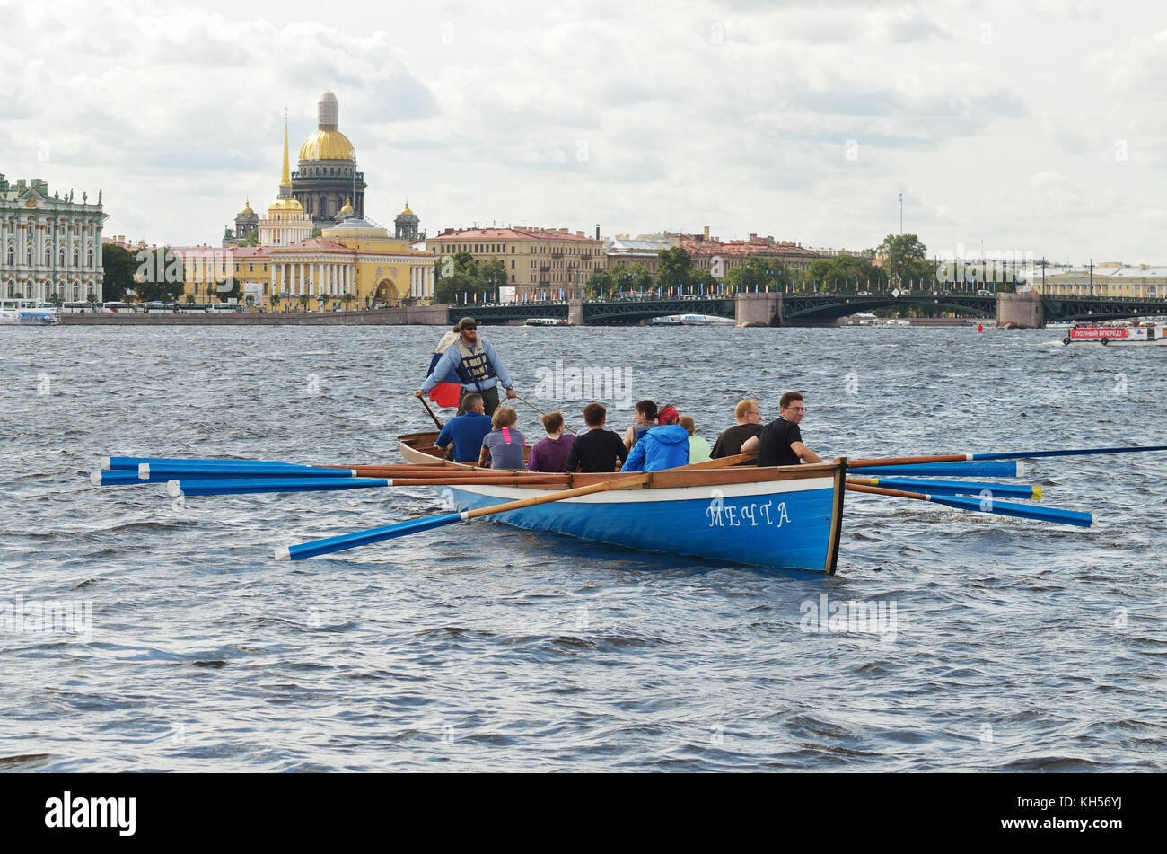 13.08.2016.Russia.Saint-Petersburg.Team of rowers in the boat swam to shore. - Stock Image