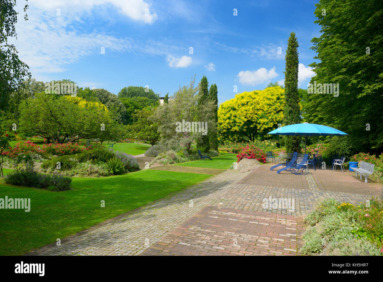City Park in Mannheim, Germany. Resting place. Many flowers and trees. - Stock Image