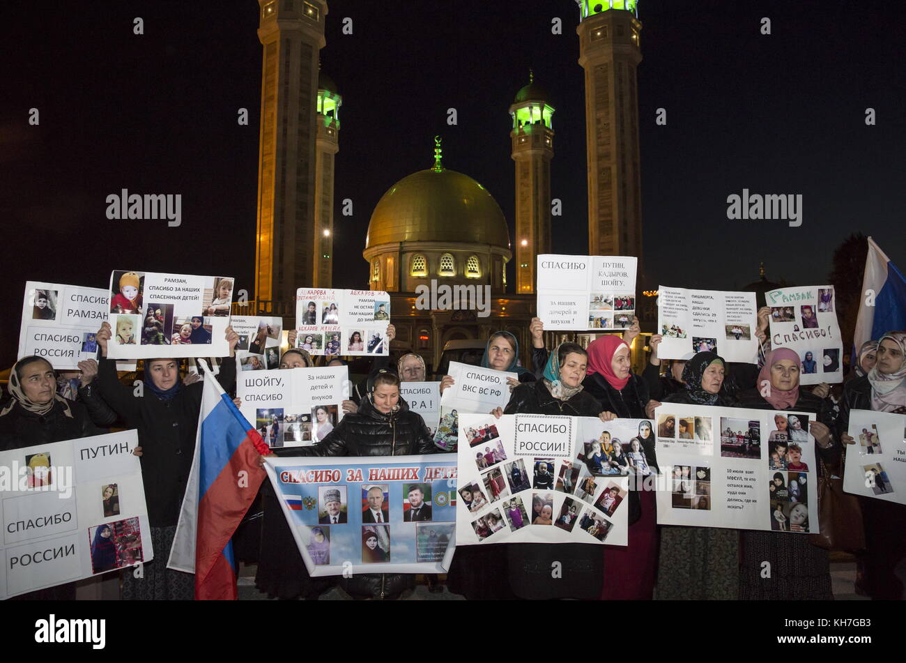 Grozny, Russia. 13th Nov, 2017. People hold photos of their missing relatives and posters thanking Russia's - Stock Image