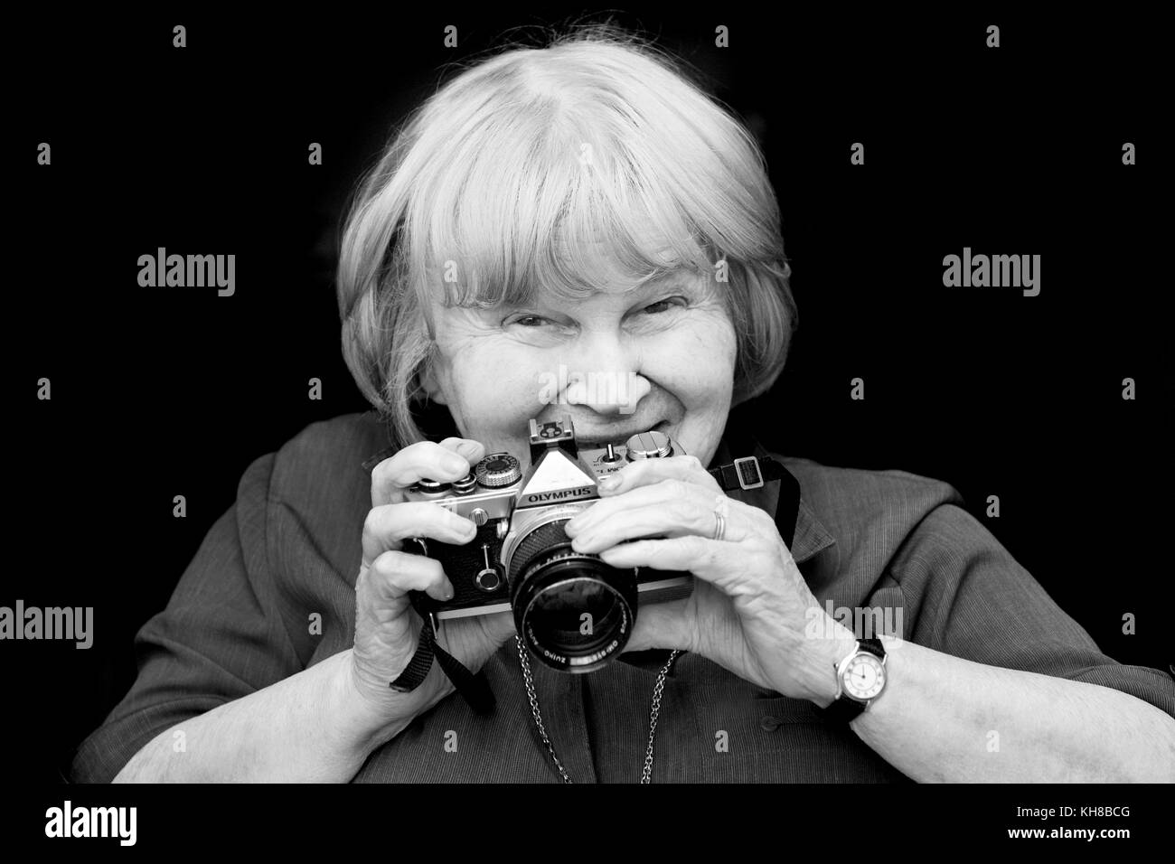 Photographer Jane Bown (13 March 1925 – 21 December 2014), B&W portrait holding camera - Stock Image