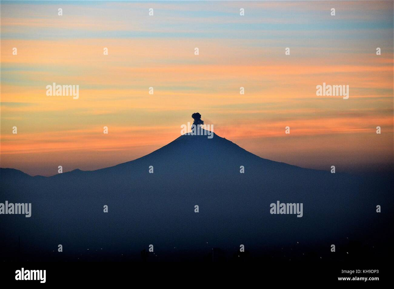 Popocatepetl Vulcano view during sunrising - Stock Image