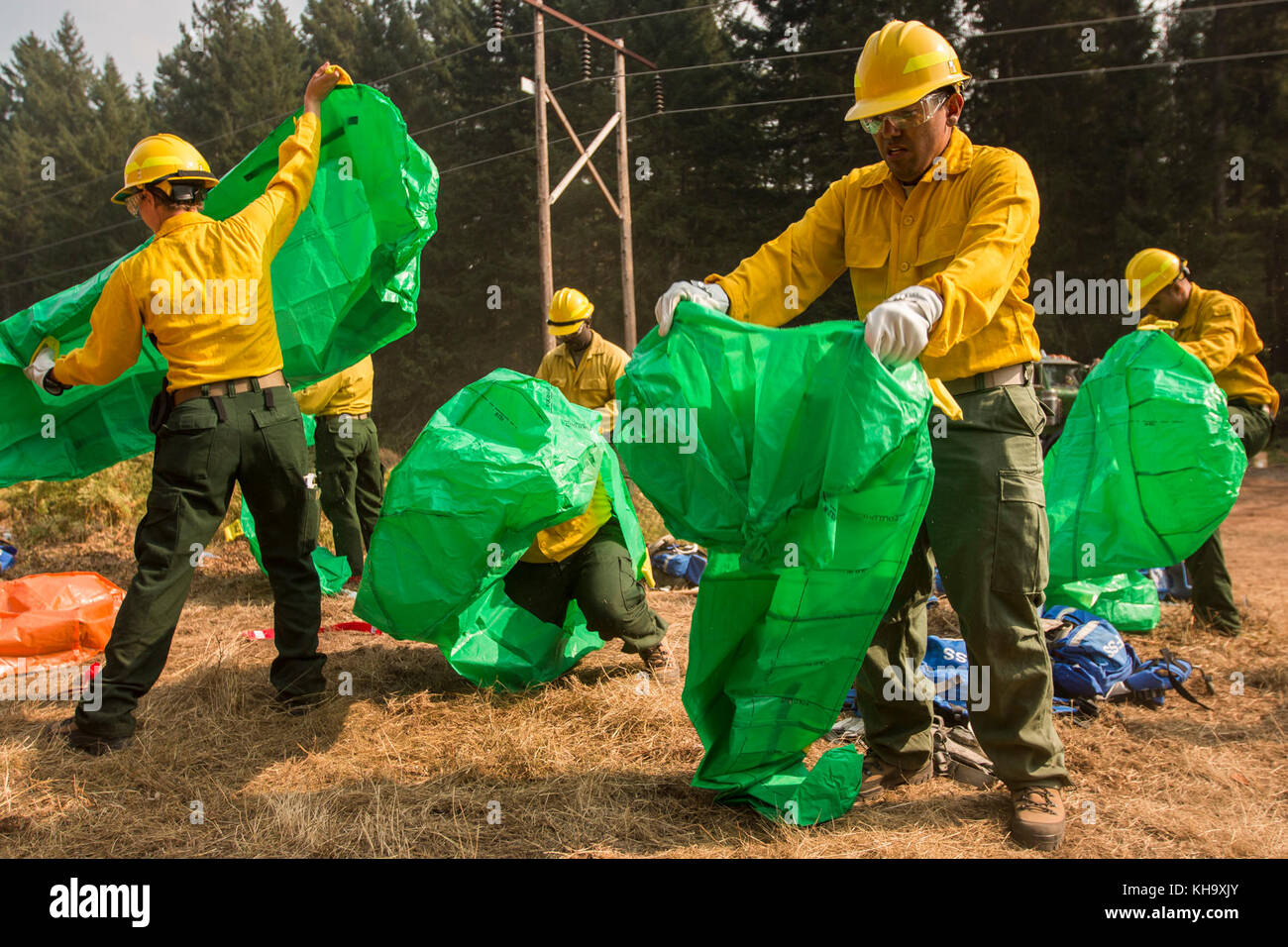 U.S. Army Soldiers, assigned to 23rd Brigade Engineer Battalion, 1-2 Stryker Brigade Combat Team, complete initial tactical training with civilian firefighters working with the U.S. Forest Service in the Umpqua National Forest, Umpqua North Complex, Oregon, Sept. 8. The Soldiers practiced deploying emergency fire shelters. A fire shelter is a wild firefighter's last line of defense, and is made of an outer layer of aluminum foil that reflects heat away from the shelter. (U.S. Army photos by Pvt. Adeline Witherspoon, 20th Public Affairs Detachment) Stock Photo