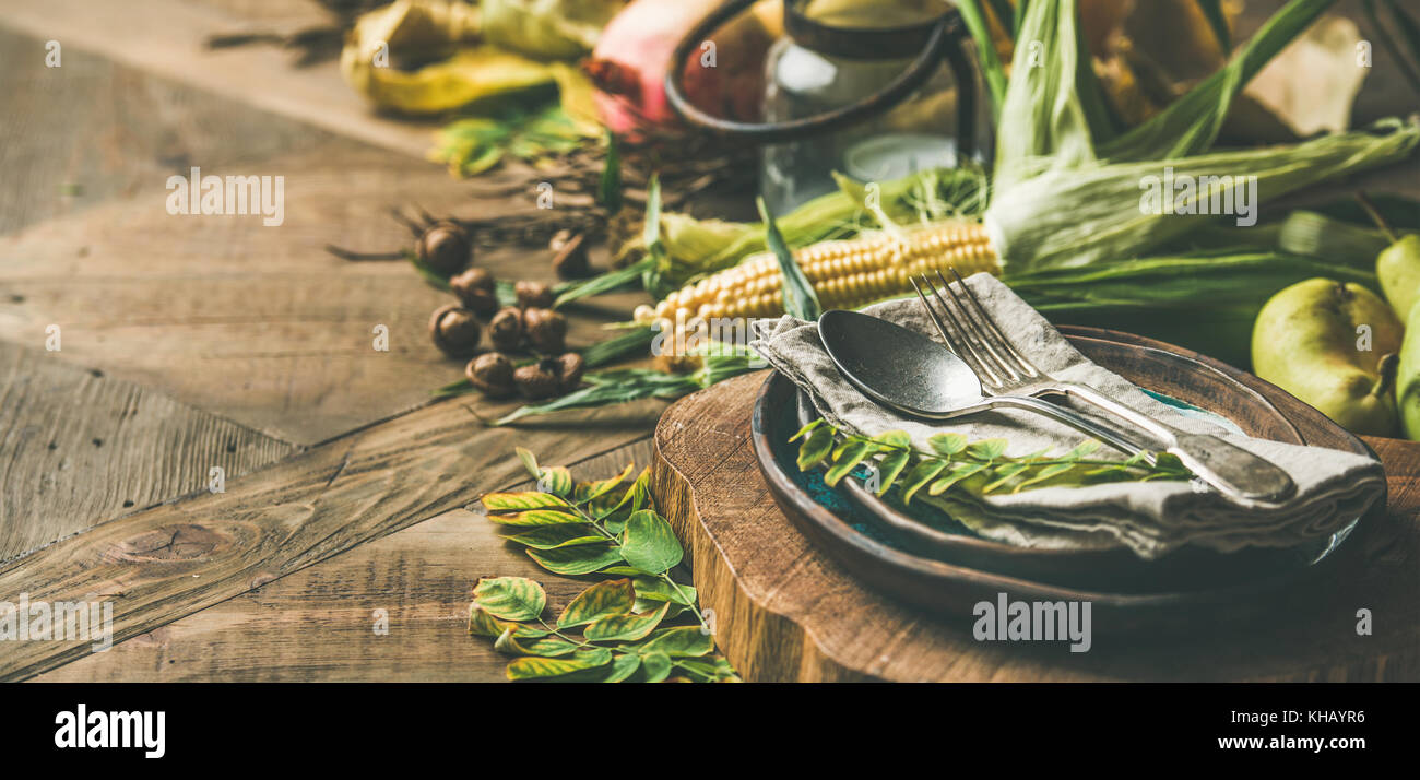 Fall table setting with seasonal food for Thanksgiving day celebration - Stock Image